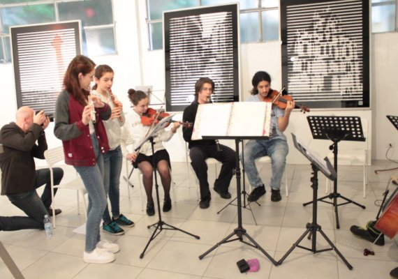 "<p>Associazione Musicale Flute Harmonique</p><p><strong>CHRISTMAS CONCERT</strong></p><p>TrèsBienEnsemble</p><p>""There is a crack in everything and that's where the light gets in""</p><p>Arianna Azzarone – flute, voice</p><p>Francis Dantes: violin</p><p>Julius Cuppari: guitar</p><p>Raphael Demarais: clarinet</p><p>Phuong Lai: recorder, vocals</p><p>Catherine Lamond: violin, vocals</p><p>Amedeo Motta: cello</p><p>Tzadik Katamar Trad. Israel</p><p>Coventry Carol English original Melody of 1571</p><p>The wind that shakes that barley-reel Trad. Ireland, arr. R. Graf</p><p>J.S. Bach Sarabande from cello suite I</p><p>My soul and life d. Johnson</p><p>Andante in c major for flute, W.A. Mozart</p><p>Sarabanda                                                             G.F.  Haendel</p><p>Bulgar from Odessa Trad. Israel</p><p>""Blowin' in the wind"" for voices and guitar b. Dylan</p><p>Hallelujah                                                              L. Cohen</p><p>Go tell the news Spiritual</p>"